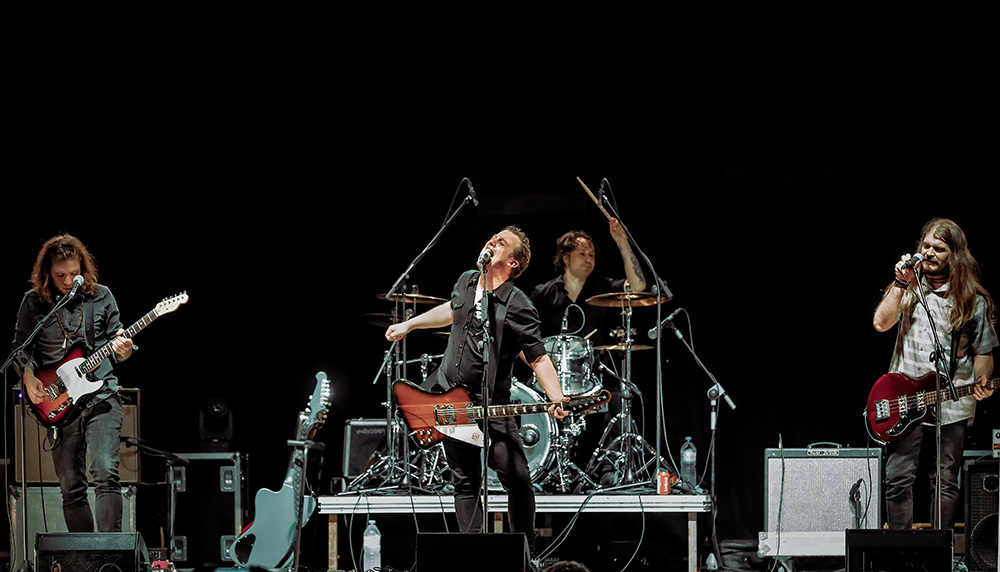 kleejos band tocando en el escenario