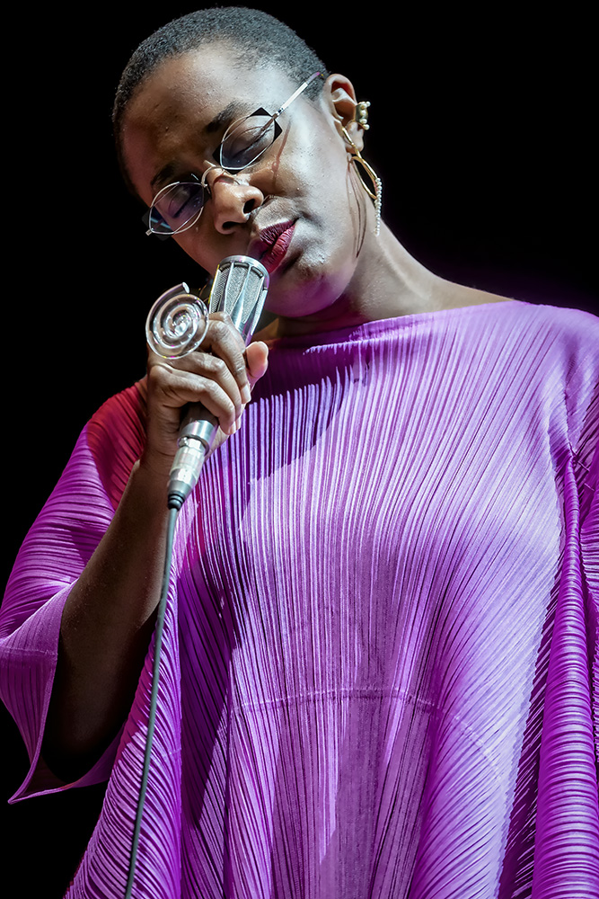 Cecile Maclorin cantando