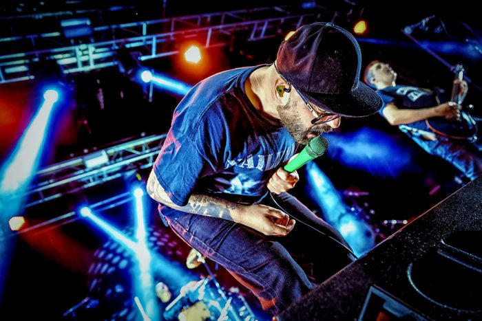 Cantante sobre el escenario