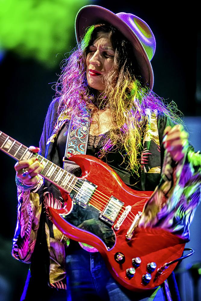 Susan Santos tocando la guitarra